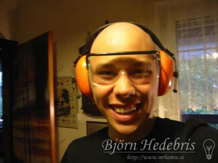 Bamse med skyddsglasögon och hörselskydd =)